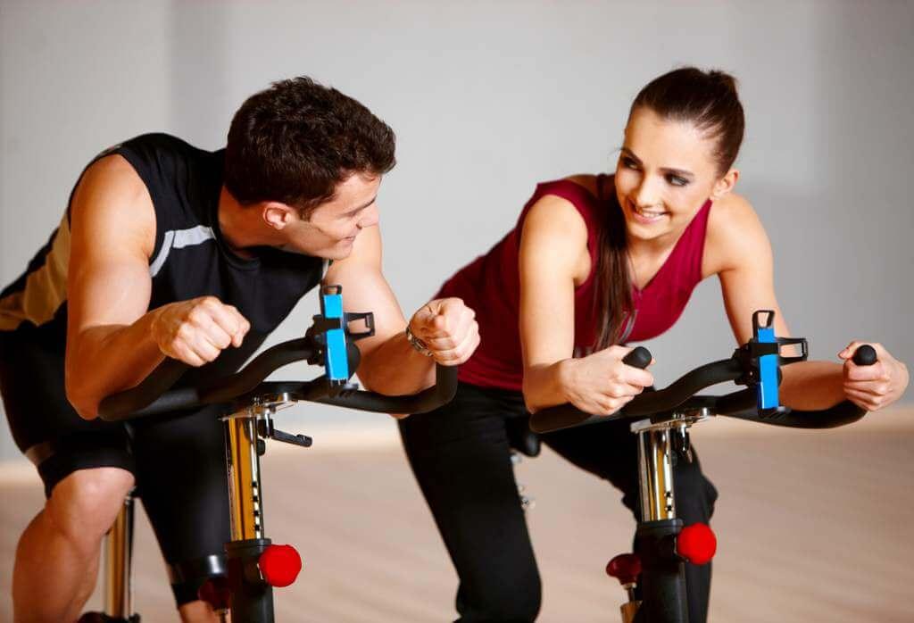 Aparatos deportivos y outfit para parejas fitness