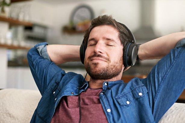 como relajarse en casa-Elige música relajante