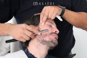 Barbería a domicilio, barbero perfilando una barba