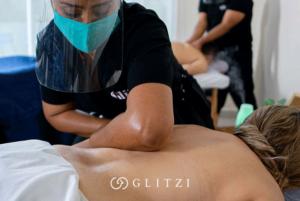 Masajista dando un masaje descontracturante