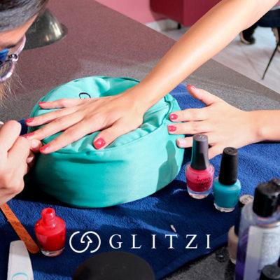 mujer haciéndose la manicure