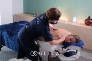 Mujer recibiendo un masaje descontracturante