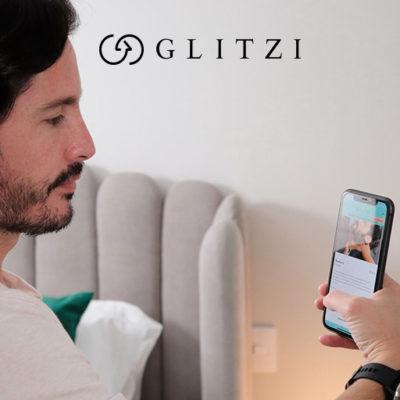 hombre mirando en un app servicios de belleza a domicilio