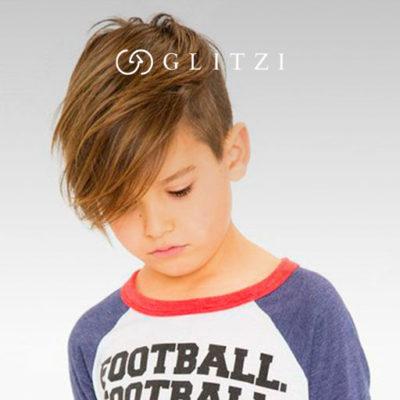 Niño luciendo un corte de pelo
